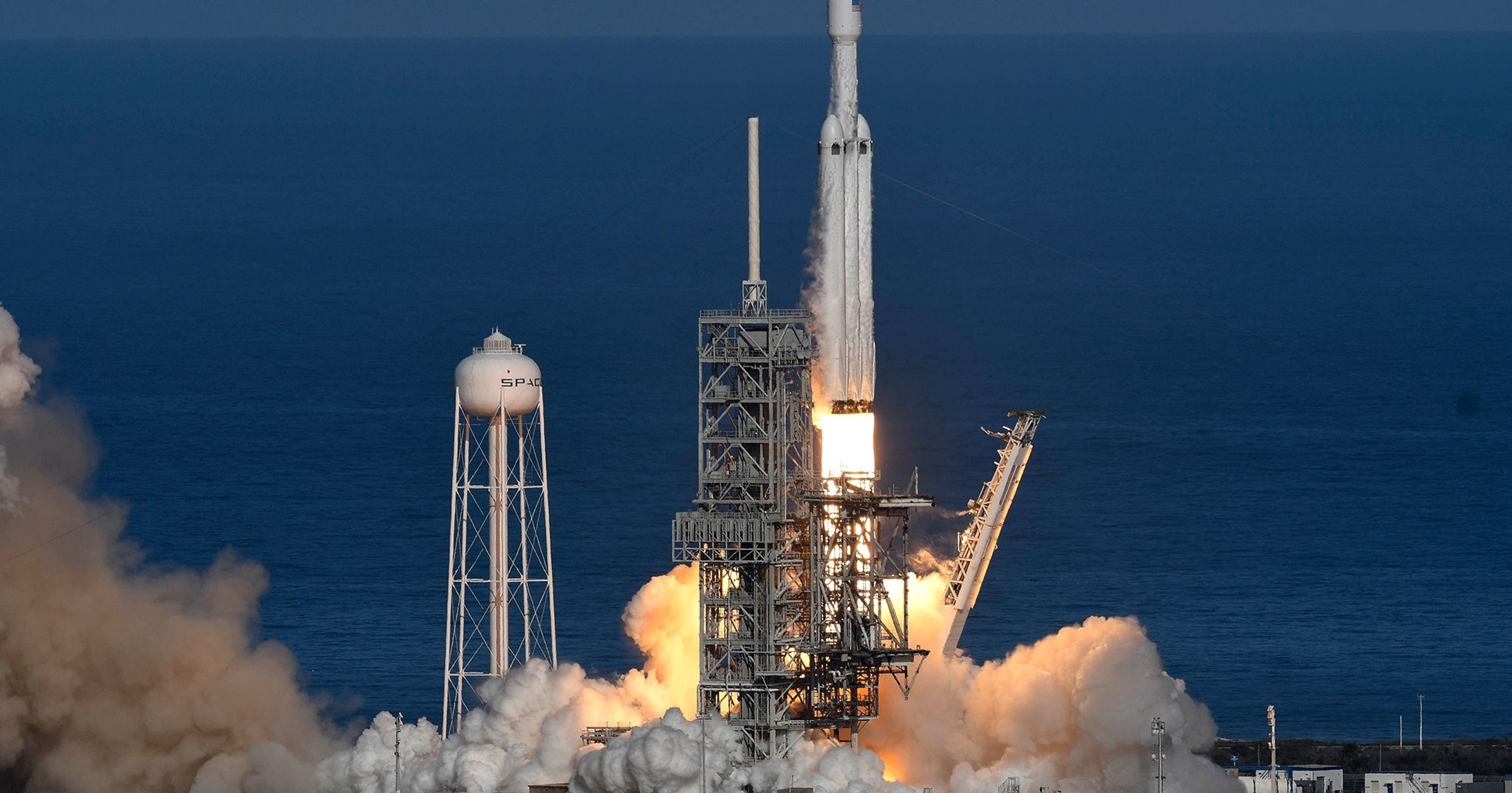 Falcon Heavy's core booster misses an ocean platform: SpaceX