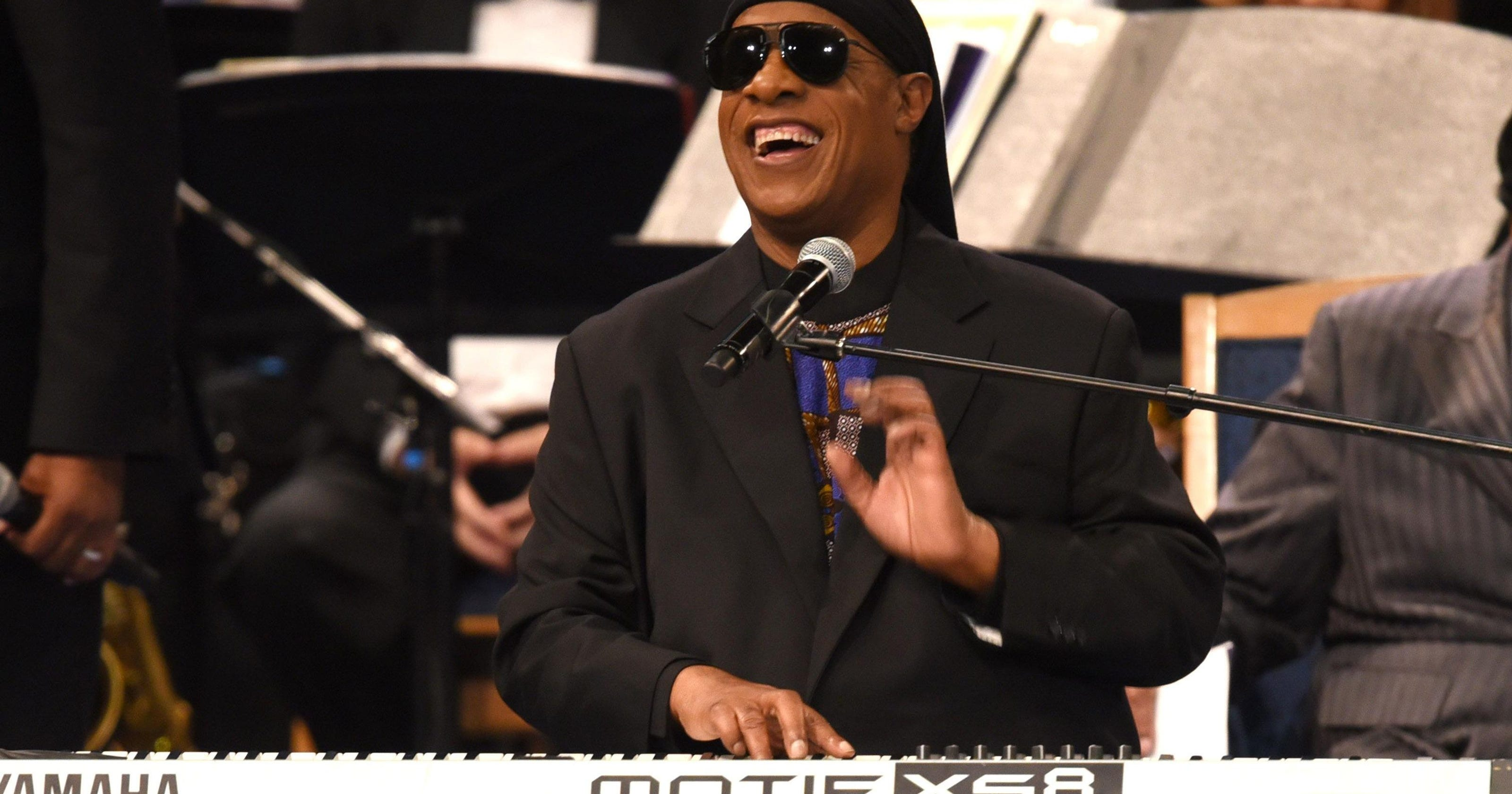 Stevie Wonder ends his concert with an announcement about his surgery